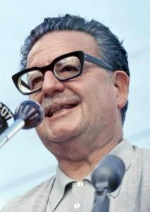 Presidente-Salvador-Allende-se-dirige-a-los-trabajadores-1971-Michael-Mauney