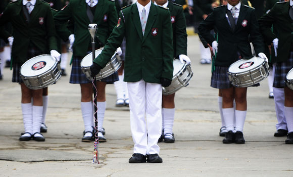 Día de las Glorias Navales: La tradición en la que desfilan los resabios militares en la educación chilena